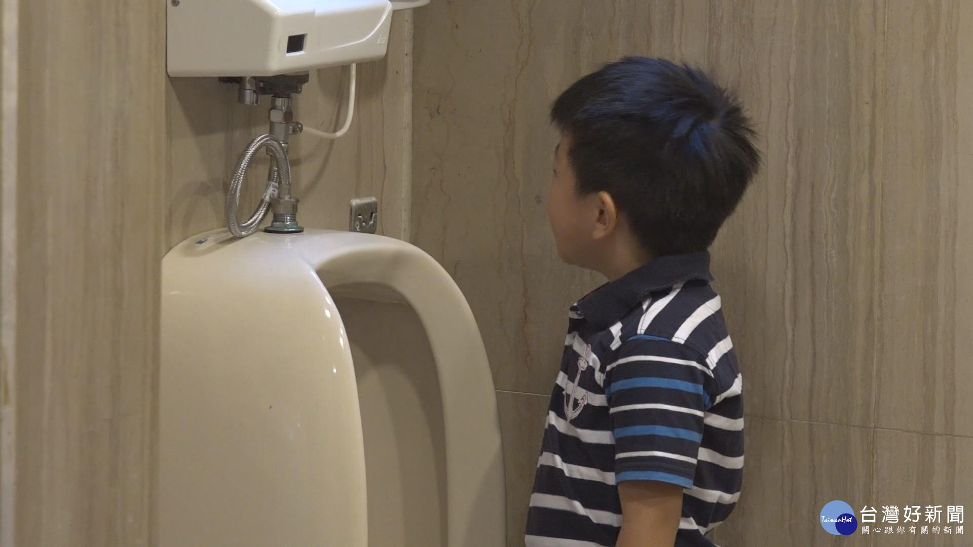 小學生廁所跑不停 疑似高壓力惹禍