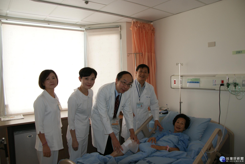 苗醫院長母親做關節鏡手術 術後首日即可下床