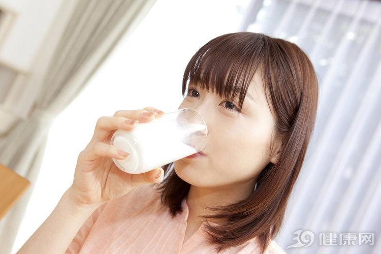 疑問:堅持一天一杯牛奶的人,身體有何不同?