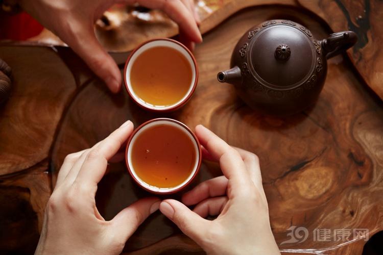 提醒:喝茶對身體好處多多,但是3種人最好一口別喝!