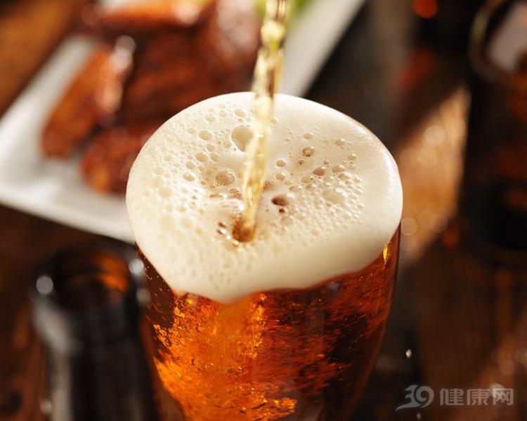 喝酒時吃菜要慎重,吃錯了不但傷胃,還有可能致癌