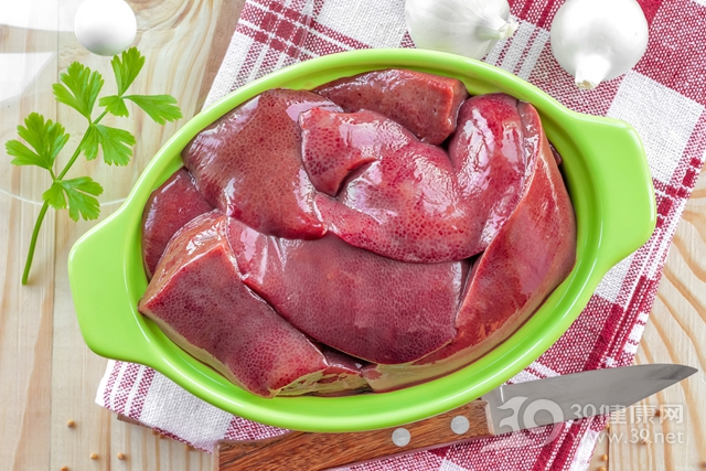 吃動物肝臟真的會中毒!用這樣東西泡半小時毒素就出來了